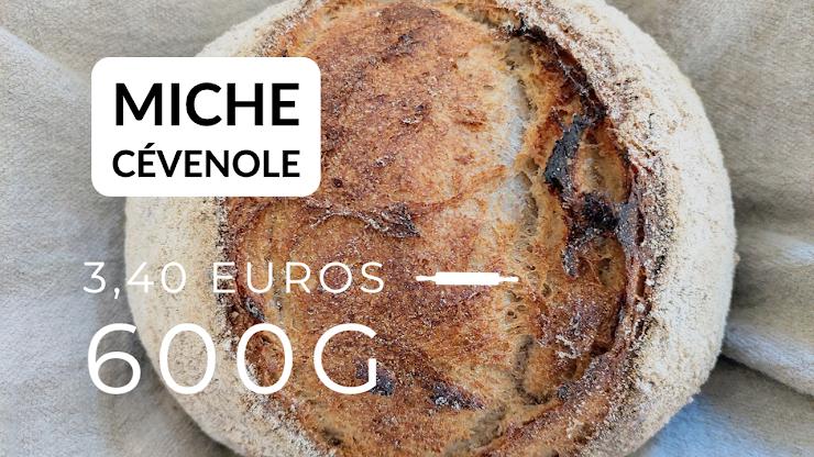 Ingrédients : farine de blé bio T80 et 20% de farine de seigle intégrale, du levain naturel de seigle, sel de Guérande, eau.  Le seul pain de notre gamme qui n'est pas fabriqué exclusivement avec de la farine intégrale mais avec une farine T80 en provenance de la seule minoterie encore en activité en Ardèche, en quelque sorte un pain pour celles et ceux qui débutent dans le monde des pains au levain …-)), fermentation longue au levain naturel, pétri à la main, le plus léger de notre gamme, cuit au feu de bois.