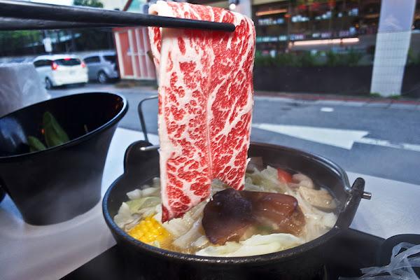 夠夠肉,石頭火鍋自己炒, 肉不錯的火鍋店,大安站火鍋