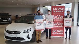 Ricardo Céspedes, Director comercial de La Voz de Almería y Los 40 junto a Jesús y David Portillo, Gerente Opel Salinas Car.