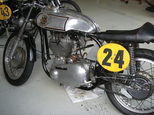 Moteur de BSA Gold Star dans un cadre Norton Featherbed.