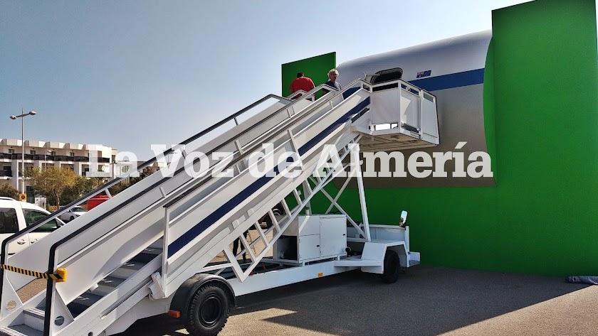 Escalerilla y puerta de avión levantadas en El Toyo.