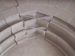 Photo: Martinskirche Neckartailfingen: Königstein am Durchgang vom Turm zum Paradies (Vorraum)