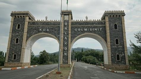 'Willkommen in Balakәn' steht auf dem Tor.