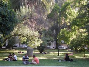Photo: サンチャゴ チリの人は芝生でゴロゴロするのが大好き。 http://parajunko.blog.fc2.com/blog-entry-83.html