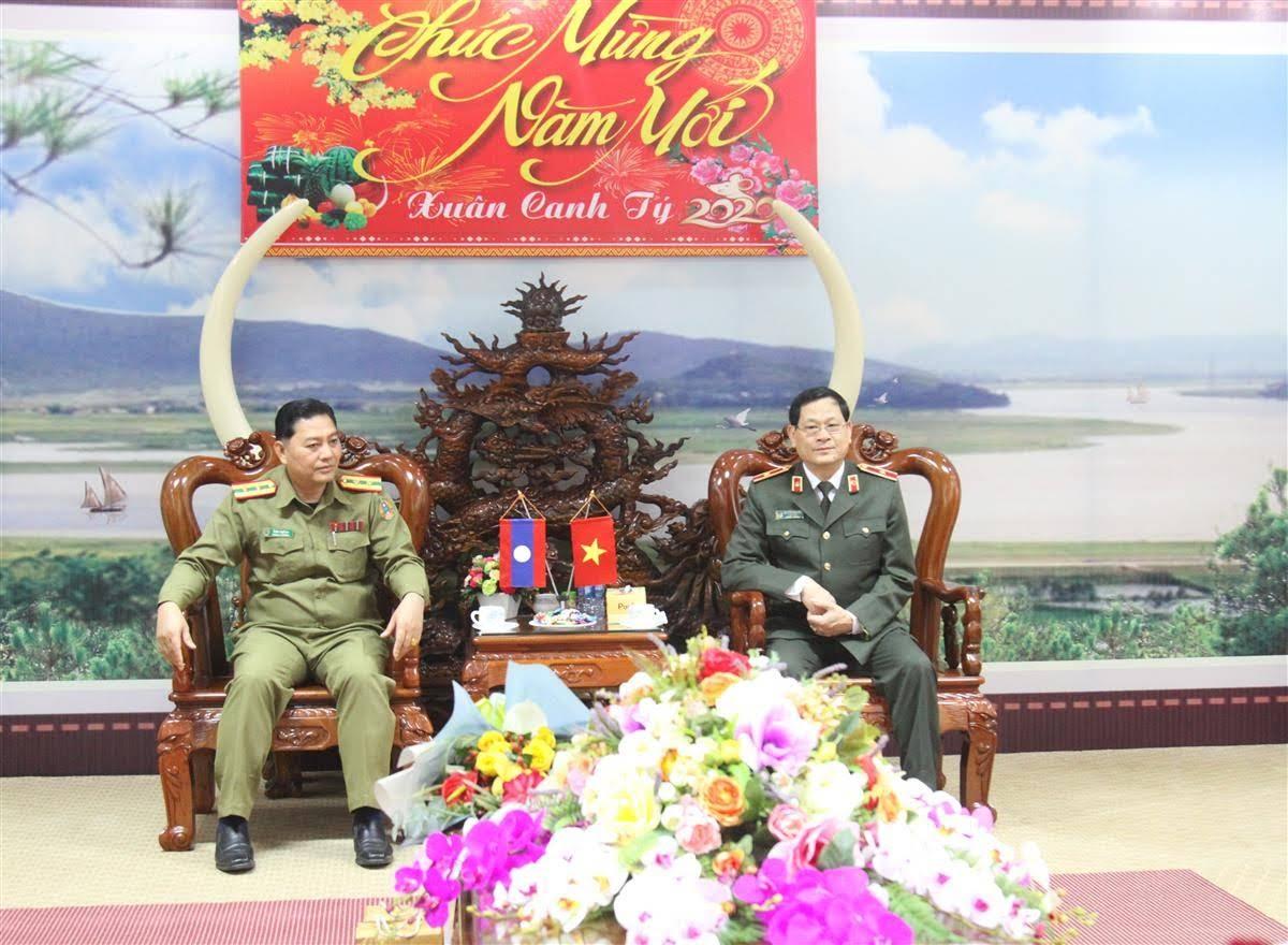 Đồng chí Thiếu tướng Nguyễn Hữu Cầu, Giám đốc Công an tỉnh và Đồng chí Thượng tá Kông Chăn Xay Păn Nha tại chuyến thăm và làm việc