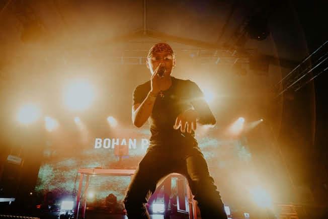 湖北出生美國長大的唱說人BOHAN PHOENIX的魅力令大班Hip-hop樂迷聚集於YourMum Stage by Red Bull
