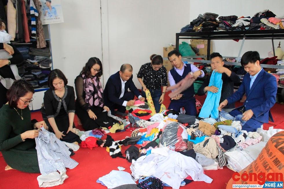 Các thành viên Nhóm Lan tỏa yêu thương phân loại và sắp xếp quần áo cũ trước khi sắp ngăn nắp, gọn gàng lên kệ