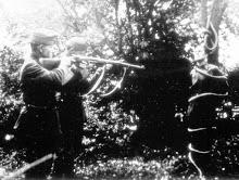Розстріл угорськими солдатами привязаного до дерева в лісі полоненого січовика. Друга половина березня 1939 р