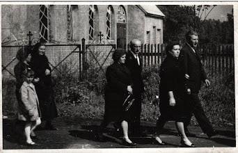 Photo: Pogrzeb - w tle stary kościół. Na zdjęciu pan Łukoszek oraz pan Tomeczek.
