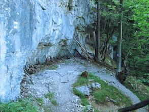 Photo: 16.Ludzie mają nieco zabawne pomysły - chyba wierzą, że te patyczki uchronią skałę przed zawaleniem ;)