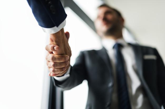 Homens de negócio apertando a mão