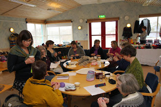 Photo: På Torget hade Gina workshop i plisséstickning under söndagen.