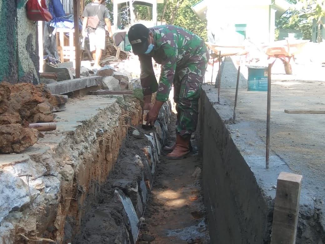 Peran Serta ZIDAM XII/TPR Ikut Berpartisipasi Dalam Pembangunan Fasum Di Sanggau Perbatsan Malaysia