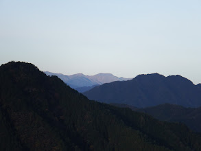 面平山(左)の右奥に雷倉(右は相戸岳)