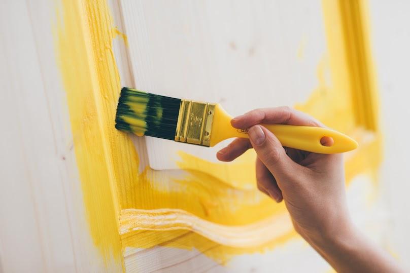 Po wyszlifowaniu i oczyszczeniu drzwi należy je pomalować