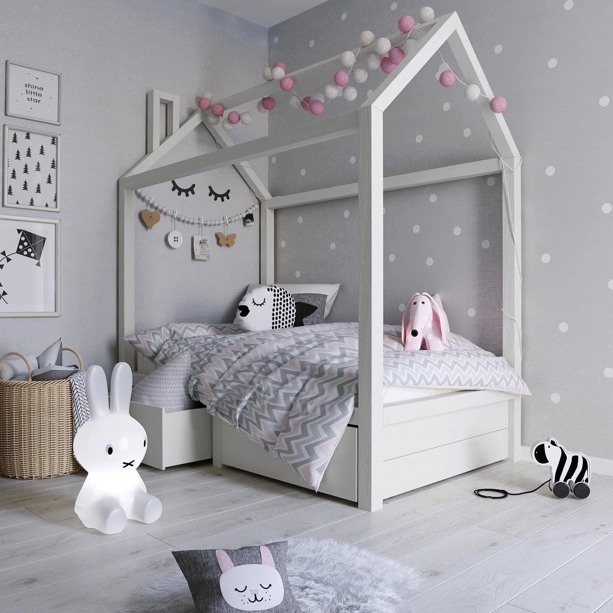 Khung giường gỗ và giấy dán tường xám chấm bi