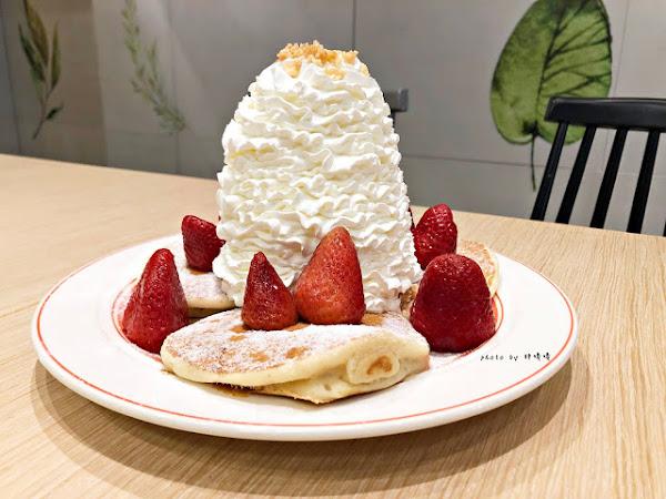 Eggs 'n Things 台北微風松高店來自夏威夷的超人氣鬆餅,高達15cm高的鮮奶油超吸睛,期間限定巧克力熔岩火山口味滿滿巧克力融化你口鹹食也好吃,尤其沙拉根本一絕