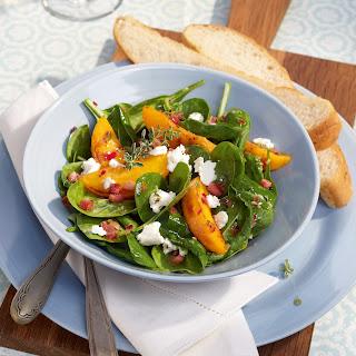 Knackiger Spinatsalat mit Pfirsichen und Ziegenkäse
