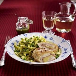 Gefülltes Hähnchenfilet mit Pesto-Gemüse-Spätzle