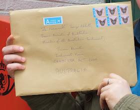 """Photo: C'est fait ! Aujourd'hui, nous avons envoyé notre lettre officielle (avec notre pétition) adressée à - M. Colin Barnett, Premier ministre du gouvernement d'Australie-Occidentale - M. Greg Hunt, ministre fédéral de l'environnement - M. Tony Abbott, Premier ministre d'Australie  pour exprimer notre désapprobation de ce projet """"anti-requin"""" mis en place par le Premier ministre du gouvernement d'Australie-Occidentale et autorisé par le gouvernement fédéral ; et surtout, demander aux responsables de ce projet de revenir sur cette décision et de plutôt essayer de mettre en place des projets permettant aux hommes et aux requins de vivre ensemble."""
