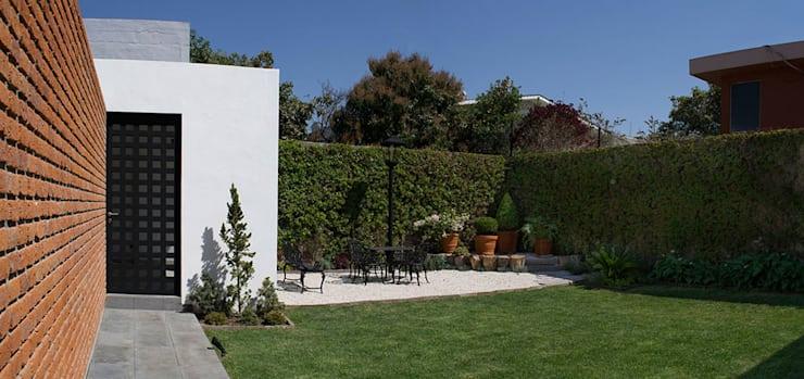Jardins por MAAS Architecture & Design