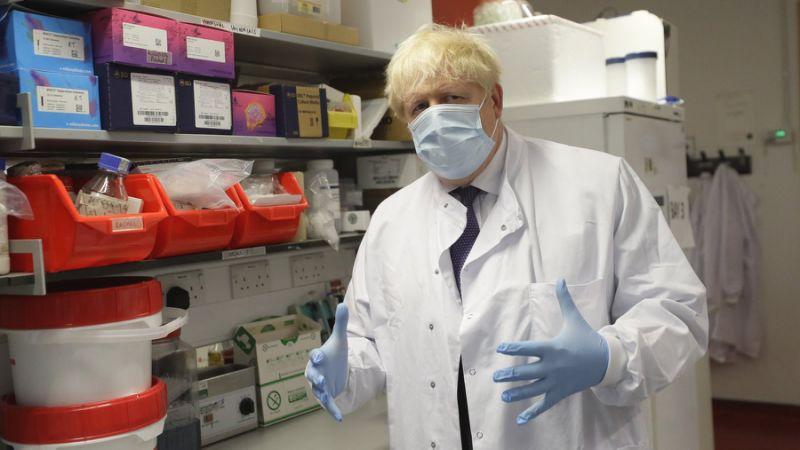 Boris Johnson, Premierminister von Großbritannien, gestikuliert mit seinen Händen und trägt Schutzkleidung und Maske. Johnson hatte sich im April selbst mit Covid-19 infiziert.