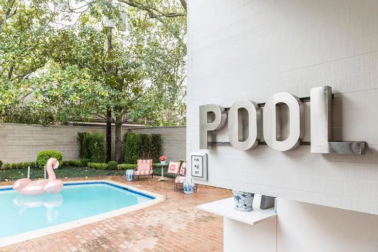 décore un mur exterieur de piscine