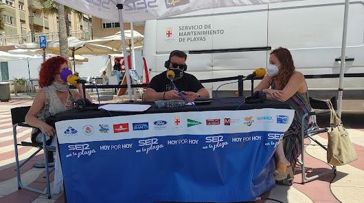 Los vecinos de El Zapillo disfrutan de la radio en la playa con La SER