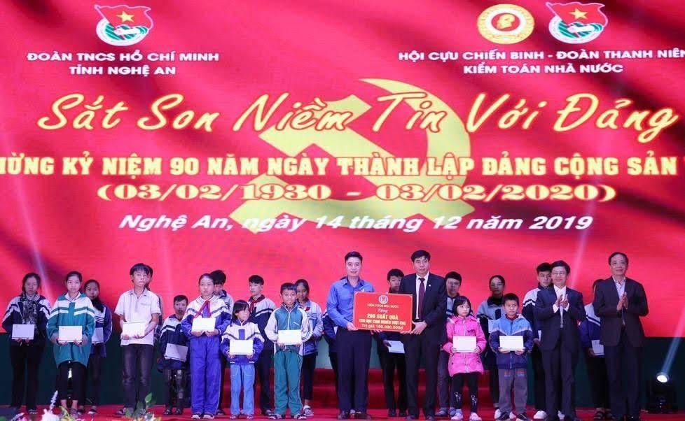 Lãnh đạo Kiểm toán Nhà nước và tỉnh Nghệ An trao 200 suất quà cho các em học sinh nghèo vượt khó