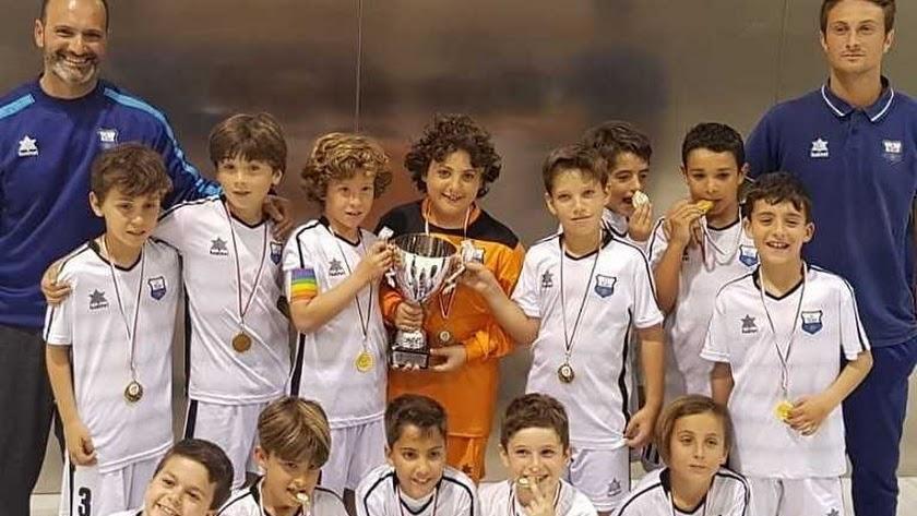 Los benjamines de la Escuela TAE con las medallas y la Copa.