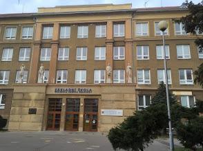 Photo: Základní škola generála Zdeňka Škarvady. Porubská 831/10, 708 00 Ostrava-Poruba. Na této budově je umístěna pamětní deska. Zdroj: Wikipedie, Otevřená encyklopedie