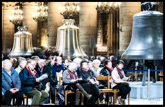 Photo: Kathedrale Notre-Dame de Paris: Singing together for the financing of the new bells. These bells were meant to replace which were removed 1791 from the cathedral during the Revolution.