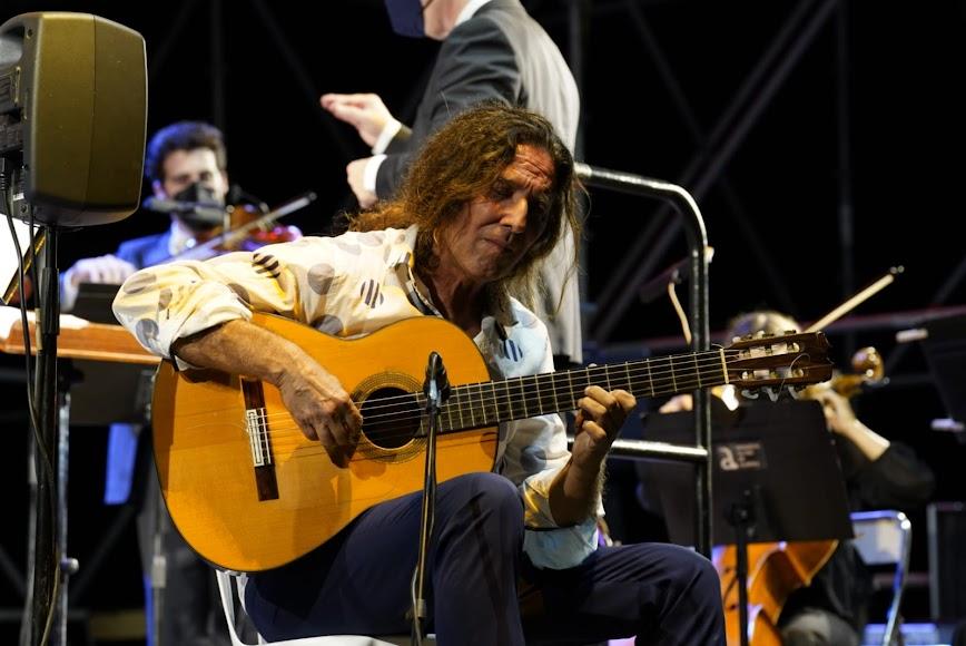 Tomatito a la guitarra.