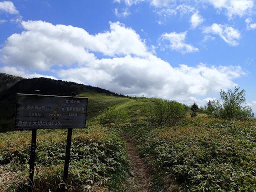 根子岳へは稜線を進む