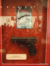 "Photo: James Bond's Walther P 99 aus Gummi aus ""Die Another Day""."
