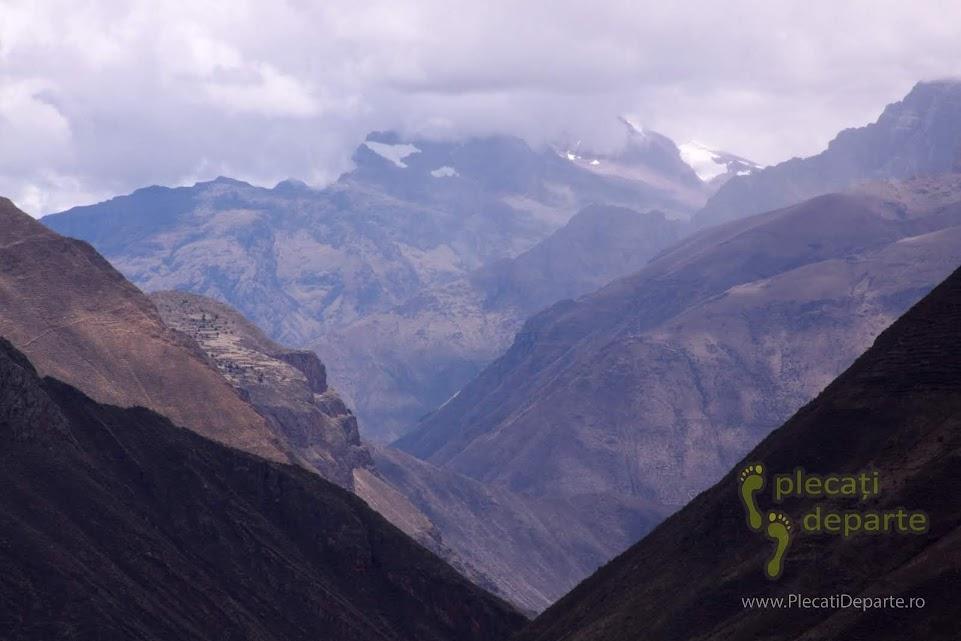 ghetari din Muntii Anzi din America de sud, vazuti din Pisac, un obiectiv turistic din Valea Sacra, Peru