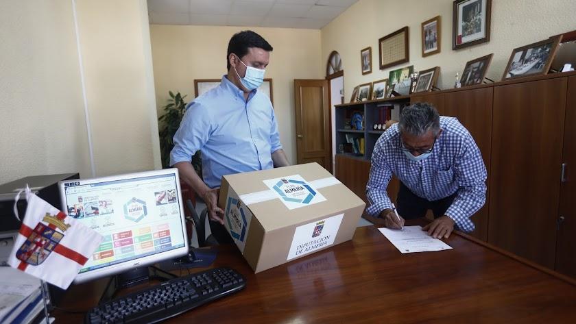 El presidente de la Diputación entrega mascarillas en Íllar.