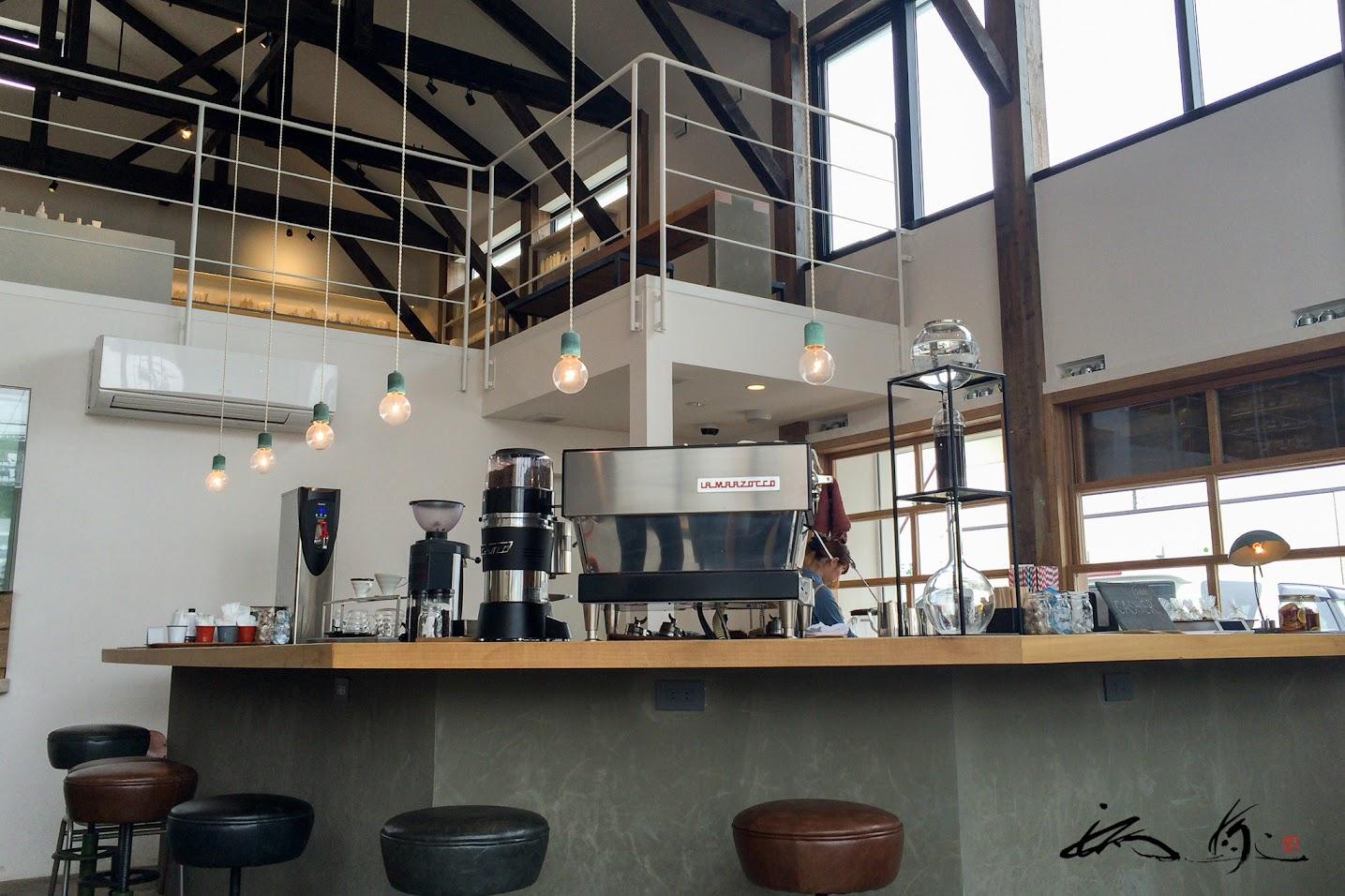 LA MARZOCCO(ラ・マルゾッコ)のエスプレッソマシンが並ぶカウンター・テーブル