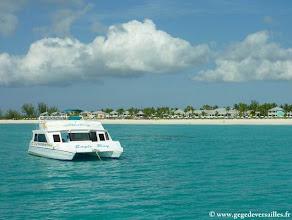 """Photo: Le bateau de plongée """"Eagle Ray"""" à Columbus Isle sur l'île San Salvador aux Bahamas."""