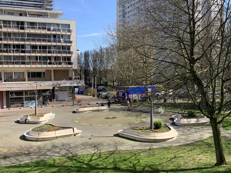 Het Martin Luther King plein in Anderlecht met de Modular zitbanken uit de collectie van Escofet 1886 opgesteld als blaadjes van een bloem