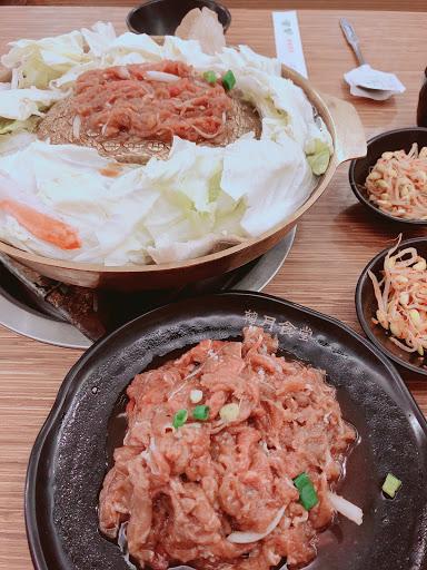 冷冷的天吃銅鍋烤肉最適合不過了,三樣小菜吃到飽,還有熱麥茶無限愛暢飲,健工會元憑會員卡9折優惠喔!