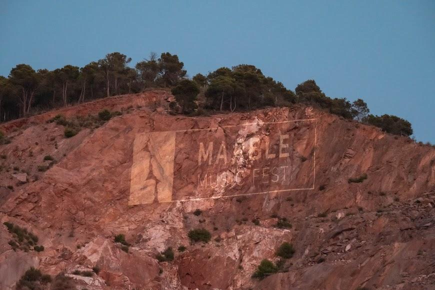 El logo del festival proyectado sobre la cantera de mármol de Macael