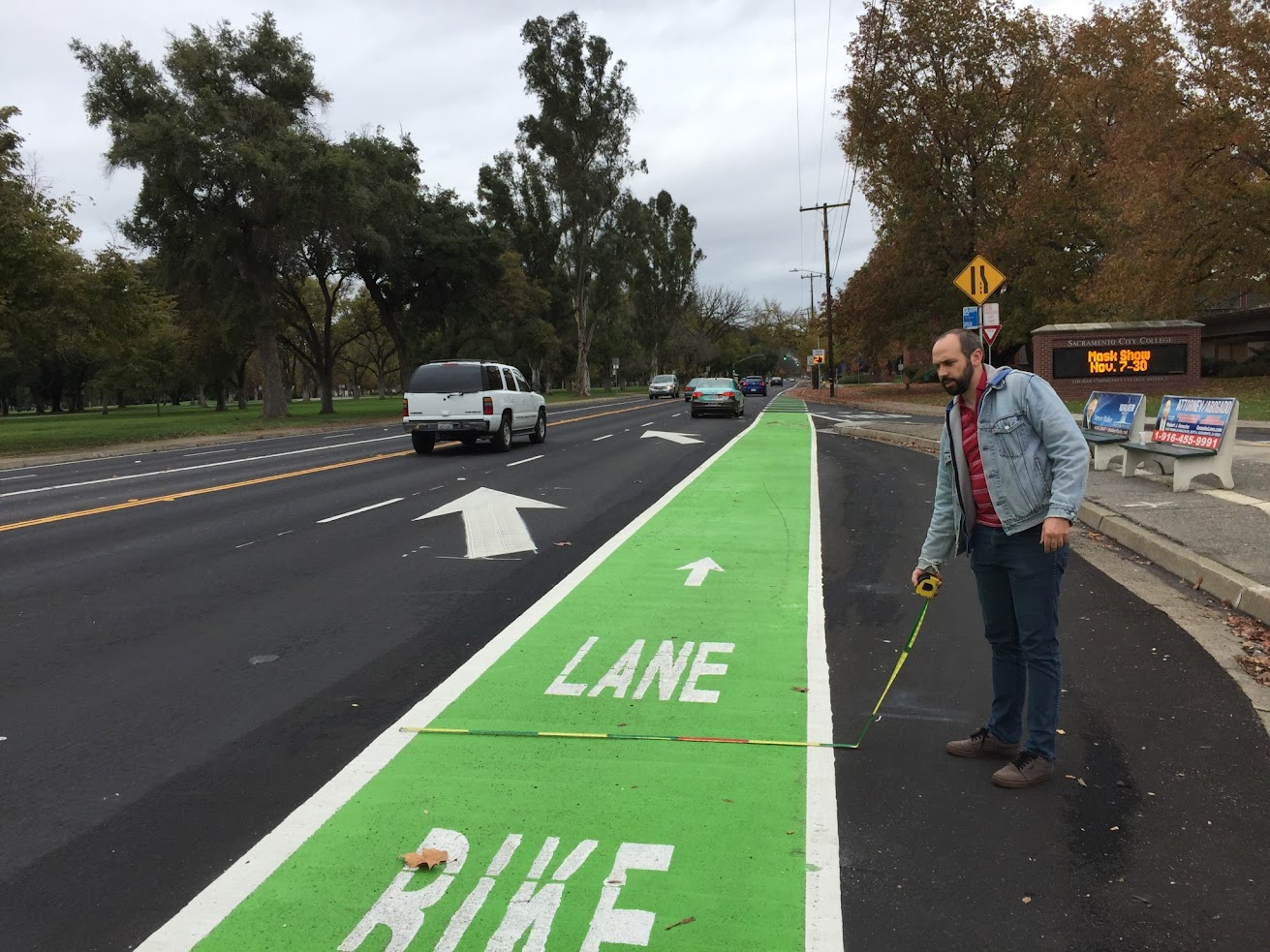 Very wide bicycle lane in high speed area
