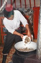 Photo: 03370 ナムジ家/麺作り/干し肉入りウドン/ボリチテシュル/干し肉をゆで、塩、ウドンを入れ、シーズニングを入れる/鉄製ストーブ