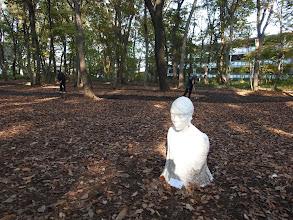 Photo: 近くの武蔵野美術大学の学生はこの公園を美術作品の発表の場としても利用している。