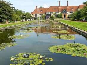Photo: Vijver met waterlelies RHS gardens Wisley
