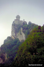 Photo: 26 juli. San Marino. La Cesta-o-Fratta gezien vanaf La Rocca-o-Guaita.