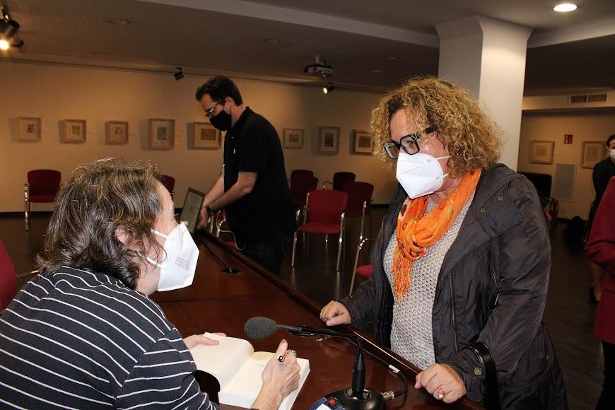 Carmela Rull recibió la firma del libro de Marta Sanz.