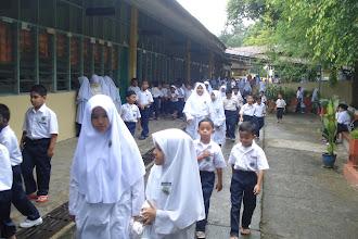 Photo: Suasana tengahari sebelum solat zohor. Kelihatan pelajar bersiap menuju ke musolla untuk menunaikan solat zohor berjamaah.