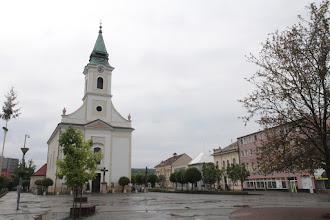 Photo: Je tu 22. ročník pochodu Bánovská 50-ka. Tento rok som sa rozhodol pre trasu B, ktorá by mala mať 33 km. Počasie však robí podujatie drsnejším, keďže celú noc pršalo a ani doobeda nie je predpoveď veľmi priaznivá. No veď uvidíme, je presne 8h, keď prechádzam okolo bánovského kostola